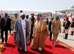 Omar Al Bashir greeted in Bahrain by King Hamad. Bahrain News Agency.